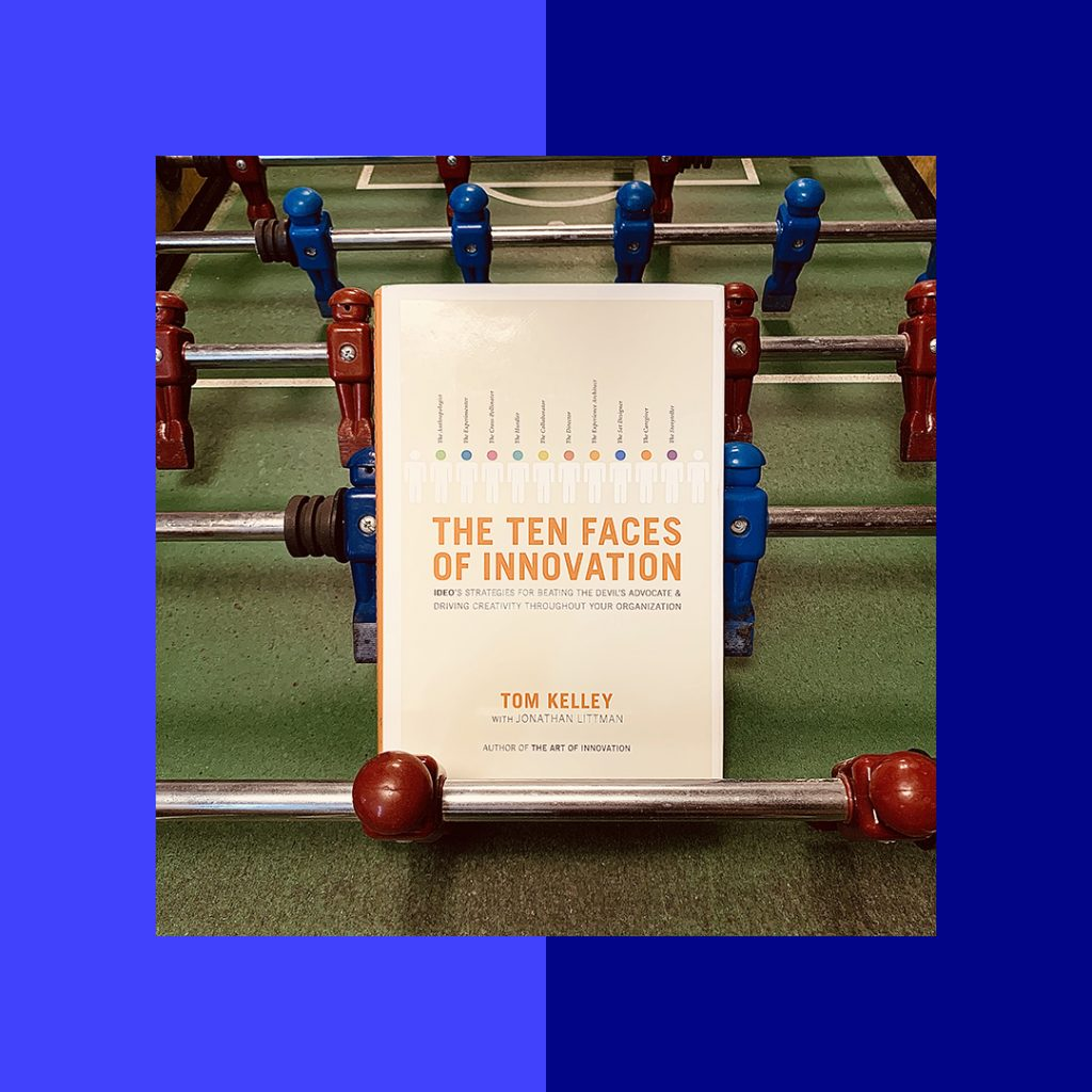 Photographie du livre The Ten Faces of Innovation sur un babyfoot