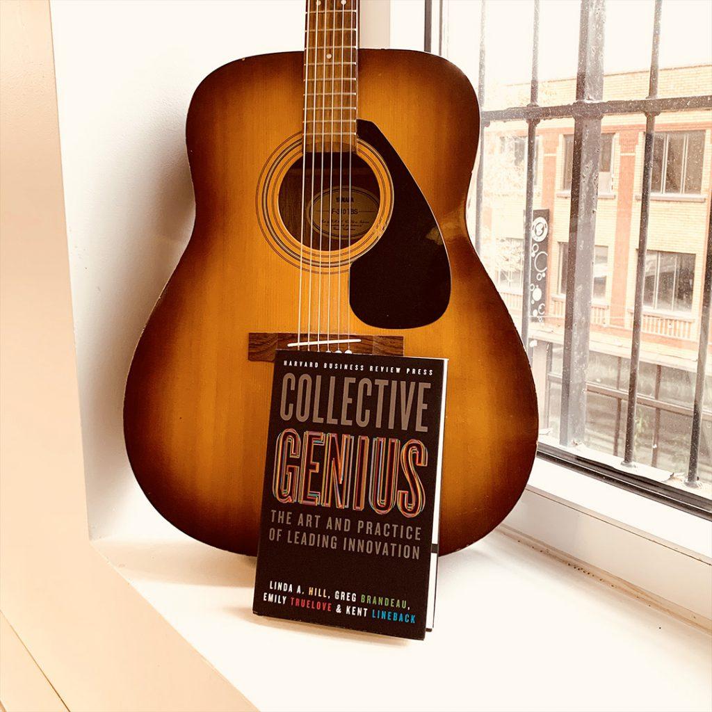 Photographie du livre Collective Genius devant une guitare
