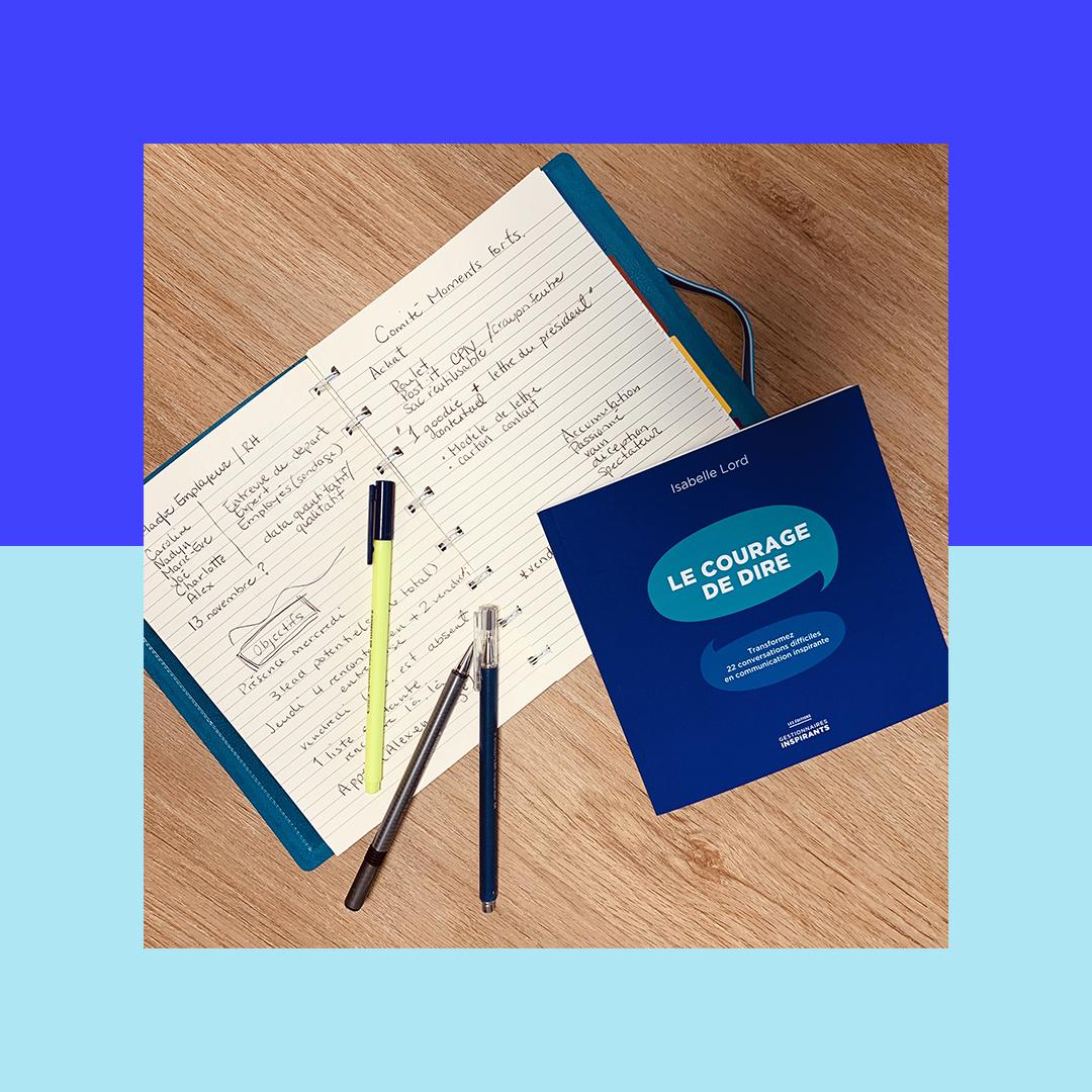 Photographie du livre Le Courage de Dire sur un carnet de note avec des stylos sur le côté