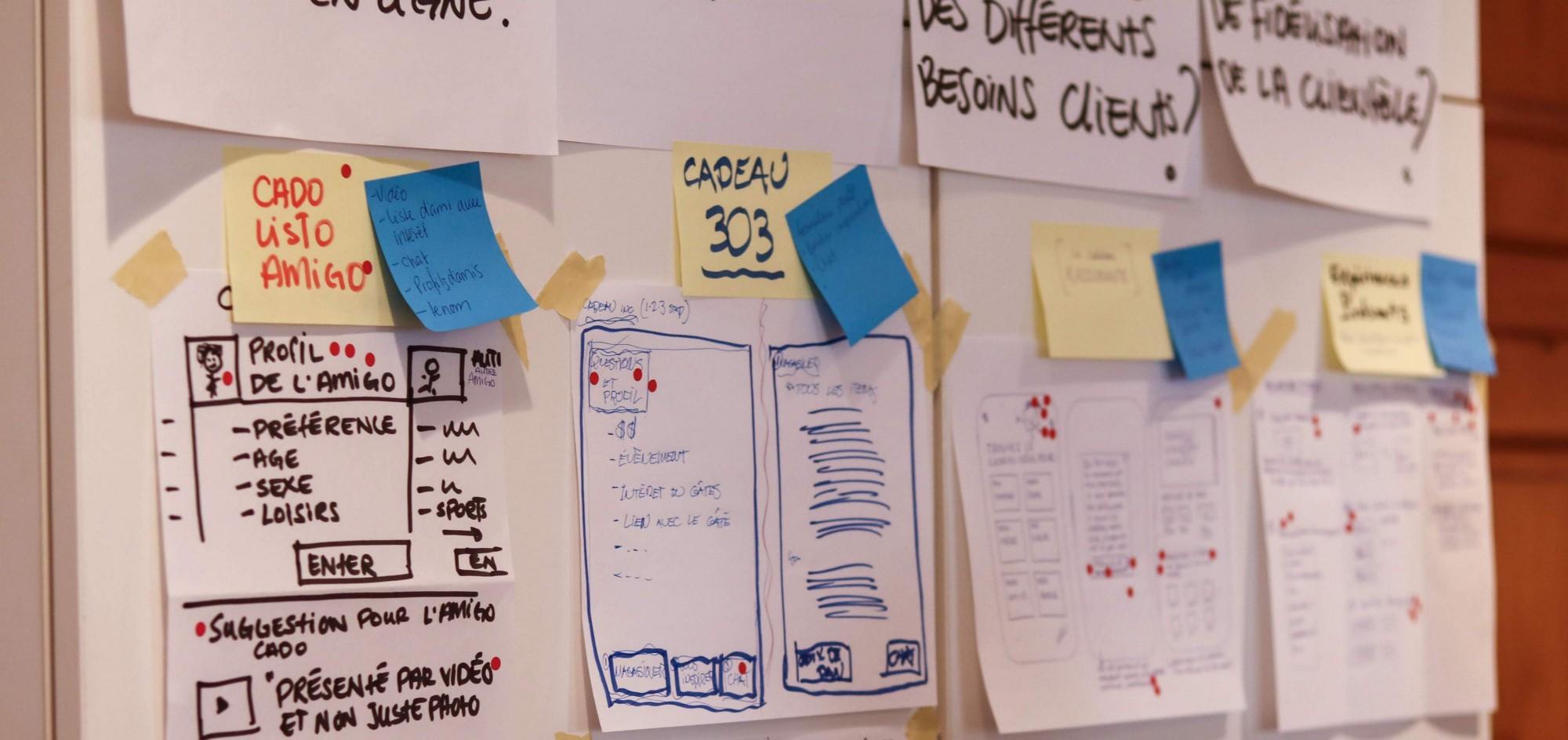 Photographie de plusieurs sketchs mis sur des papiers lors d'un design sprint