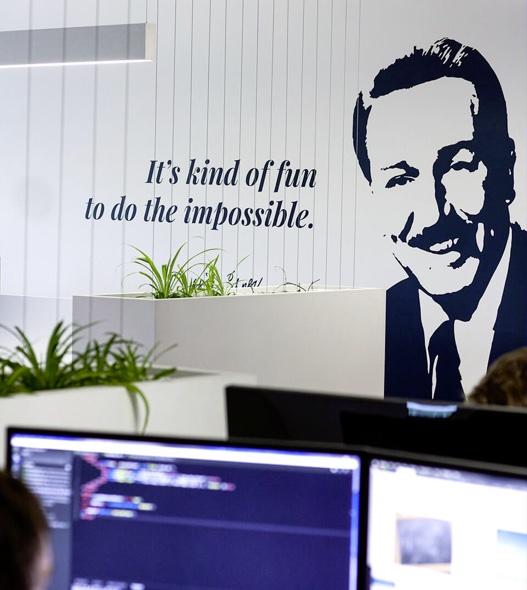 Photographie de la citation it's kind of fun to do the impossible inscrite sur un mur dans les bureaux de Libéo