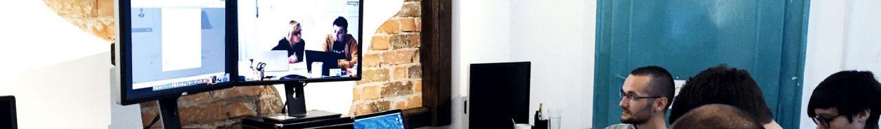 Logo de Libéo avec une photographie de plusieurs personnes devant un écran d'ordinateur