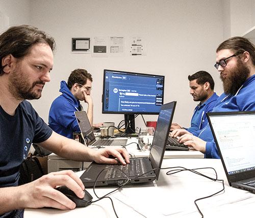 Photographie de plusieurs employés de Libéo en train de travailler sur des ordinateurs