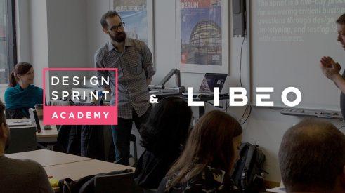 Les logos de la Design Sprint Academy et de Libéo sur fond d'une photographie prise lors d'une séance de Design Sprint