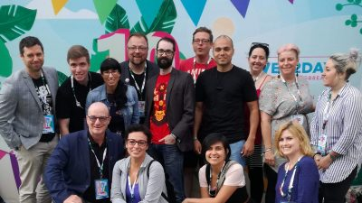 Photographie de plusieurs personnes devant la pancarte d'accueil du Web2day