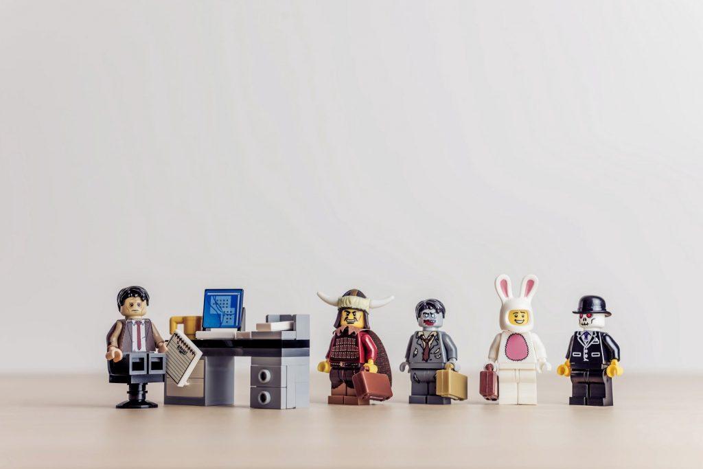 Des legos travaillant en collaboration