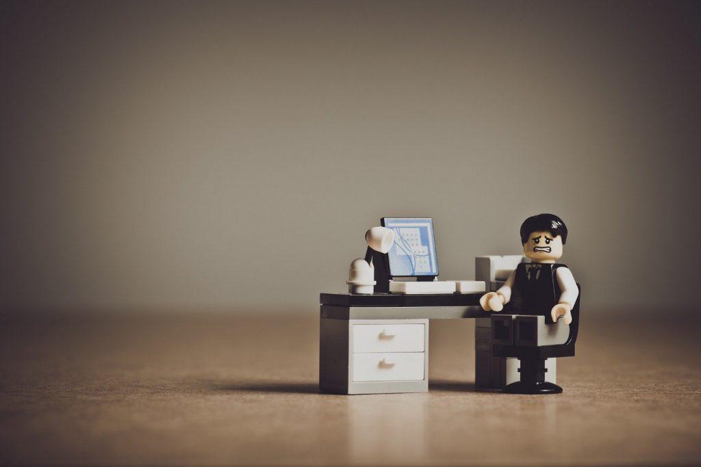 Un lego travaillant à son ordinateur