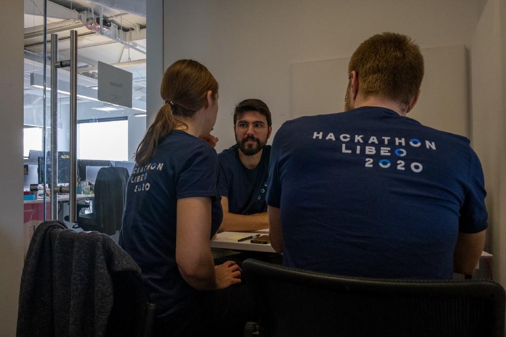 L'équipe discute pour trouver une idée à prototyper lors du hackathon