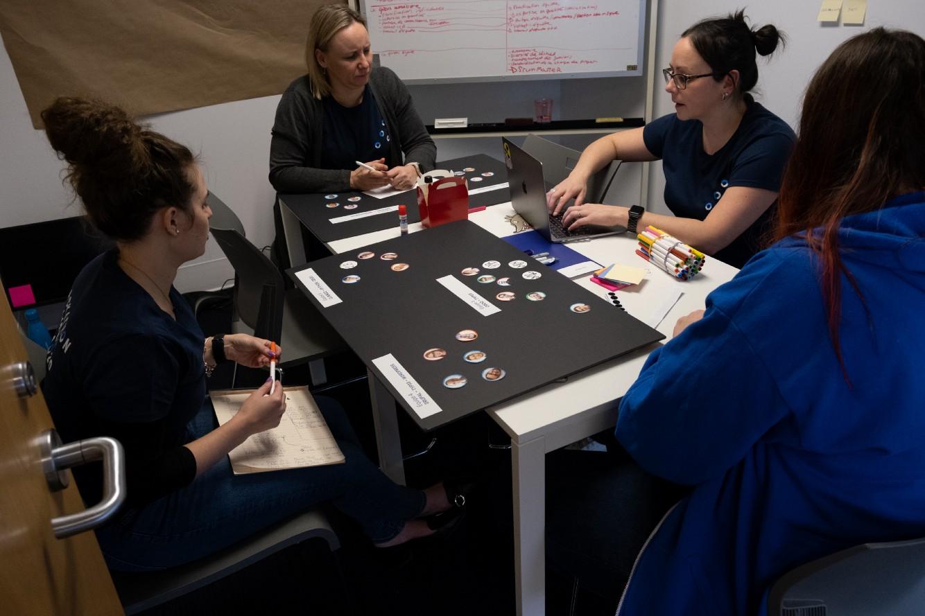 Des chargées de projet préparent leur présentation pour le hackathon