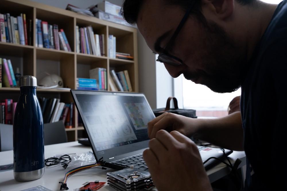 Christophe travaillant sur sa solution lors du hackathon