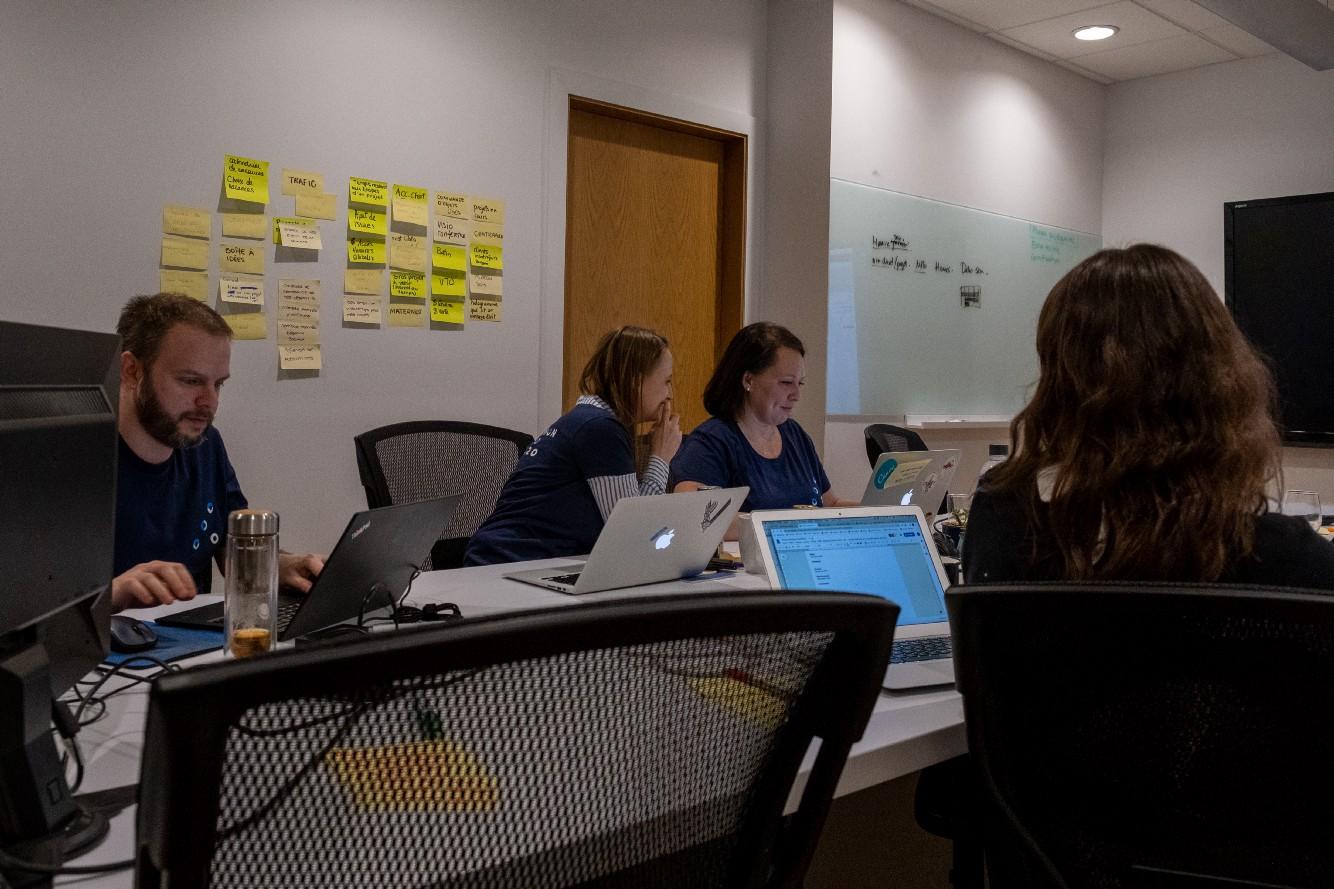 Une équipe en séance de design thinking pour le hackathon