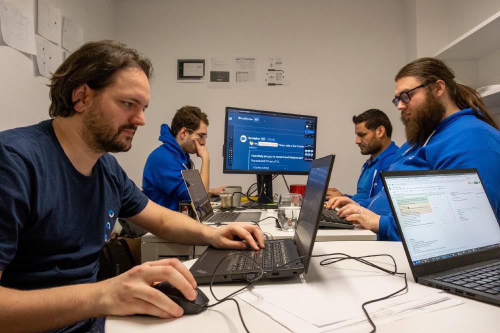 Une équipe travaillant sur son projet lors du hackathon 2020