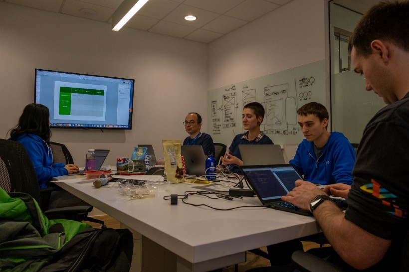 Une équipe en plein processus créatif lors du hackathon