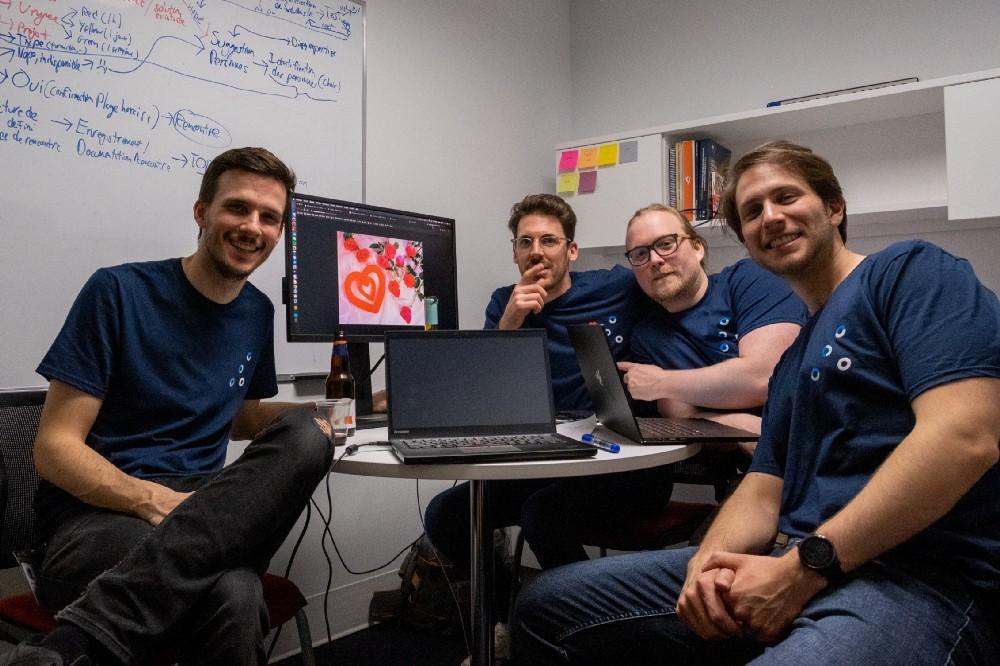 L'équipe se penche sur leur solution pendant le hackathon