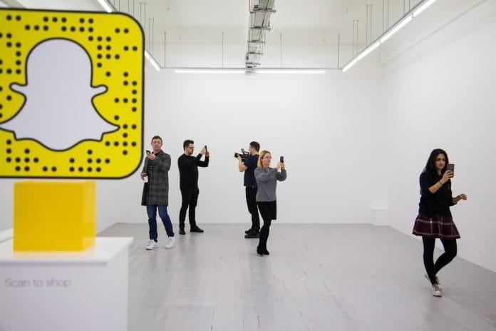 Magasin LEGO «pop-up» videdans lequel les produits apparaissent avec un codeQR disponible sur Snapchat