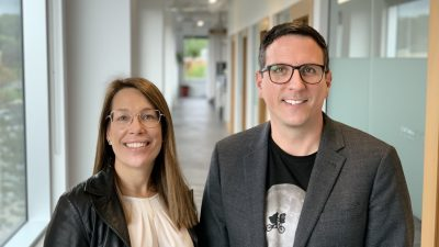 Photo de Geneviève Perron et Joé Bussière dans les bureaux de Libép